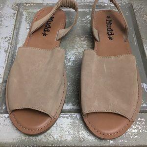 NWOT SZ 10 Camel MUDD Flat Sandals